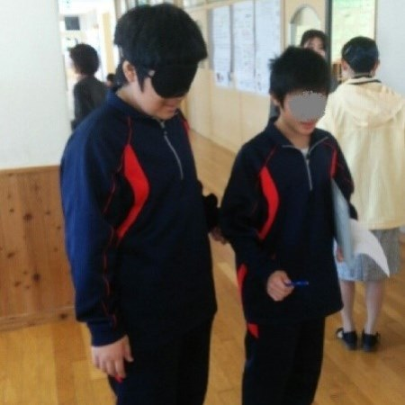 二人一組となり、一人がアイマスクをつけ、もう一人が介助する画像