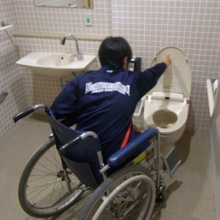 車いすで多目的トイレを体験する画像