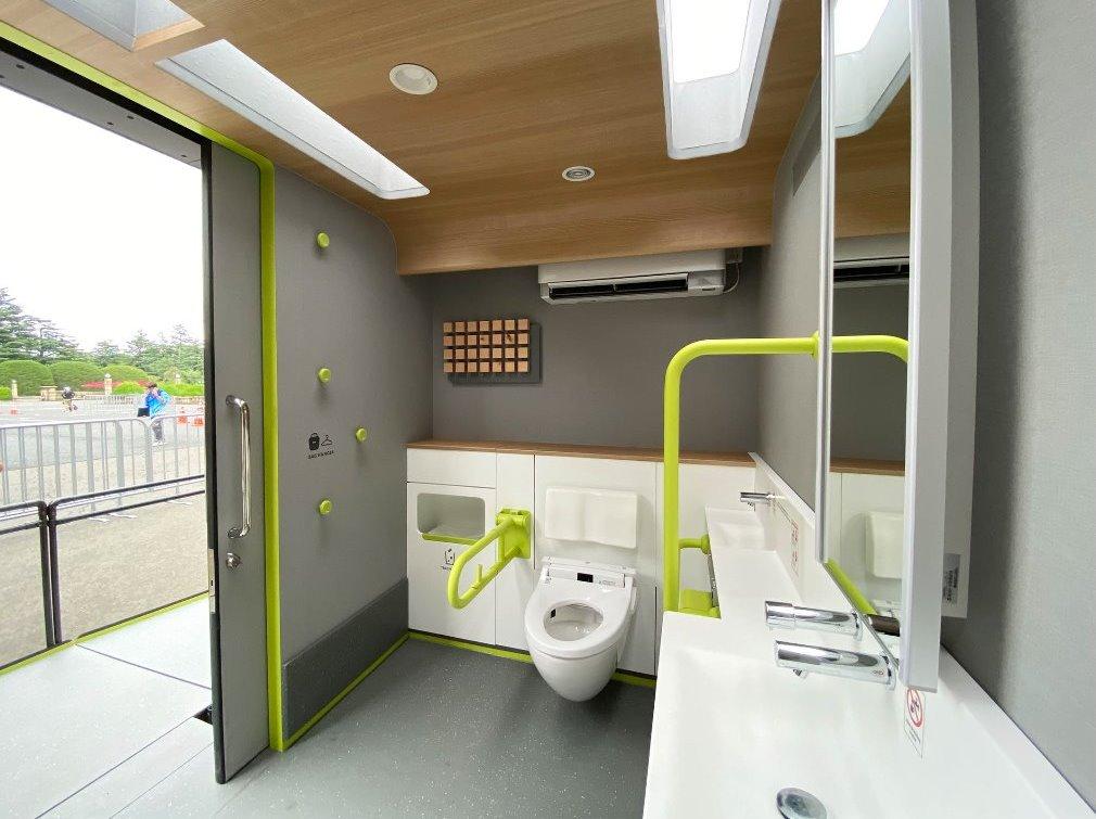 モバイルトイレ2号車の外観および室内の画像です。